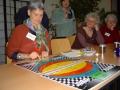 Katharina Sander erklärt das 'No-Fault-Game' von Sura Heart. Margret Frey, Christel Könemund und Kersti Schittko schauen zu - skeptisch?
